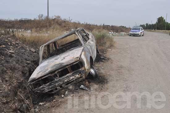 Hallan misteriosamente incendiado un automóvil