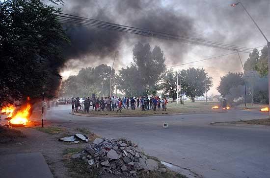 Piden asfalto y amenazan con impedir el inicio de los Corsos