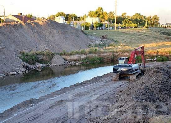 Continúan las obras de ensanche en el arroyo Tapalqué