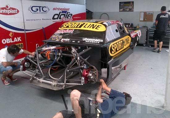 Pezzucchi con su nuevo Dodge en el taller del Dole Racing
