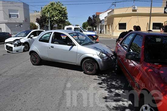 Mujer herida en un triple choque entre automóviles