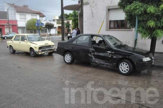 Choque sin heridos entre dos automóviles