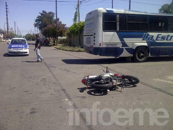 Motociclista herido en choque con un colectivo