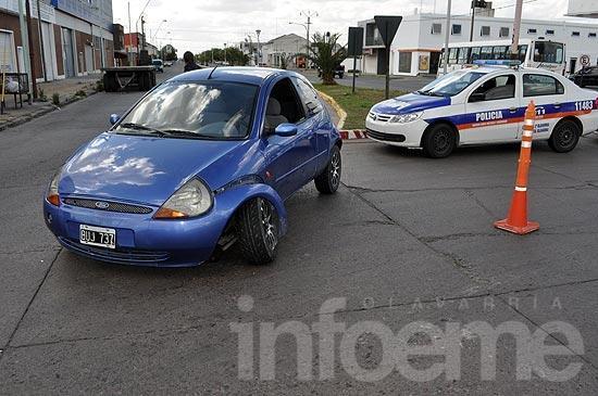 Un auto colisionó contra una rotonda