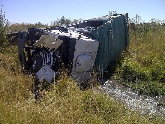 Volcó un camión y terminó en el arroyo San Jacinto