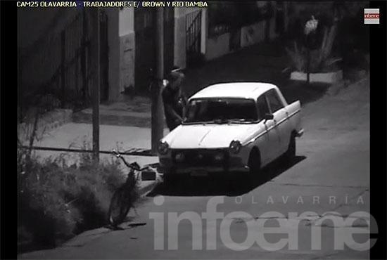 Forcejeó un auto y escapó: llevaba droga y otros elementos