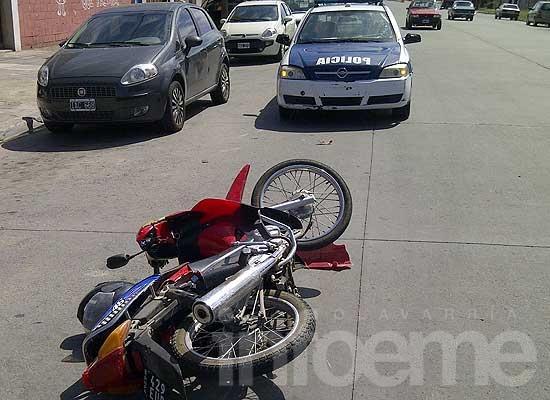 Joven con heridas leves al chocar y caer con su moto