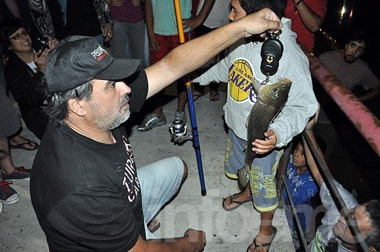 Gran marco de público en concurso solidario de pesca