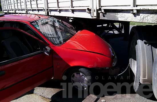 Fuerte choque entre un auto y un camión rumbo a Loma Negra
