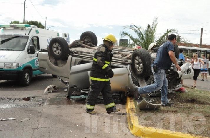 Espectacular choque y vuelco en una rotonda: cuatro heridos