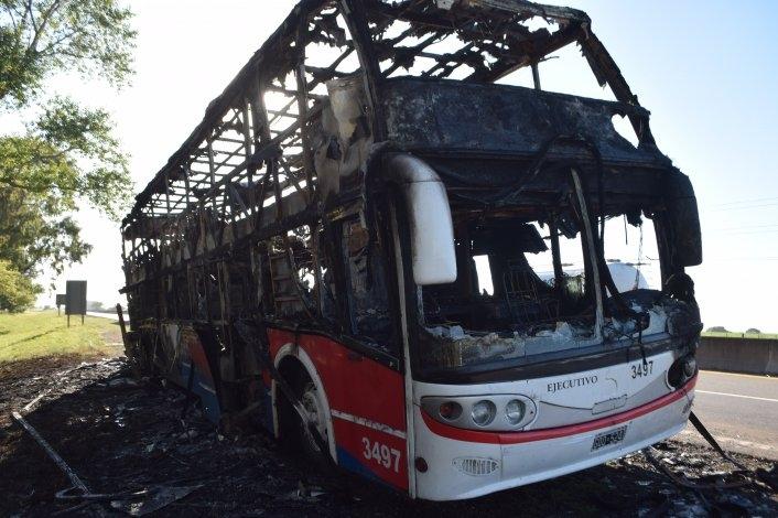 Se incendió un micro de la empresa Cóndor, La Estrella cerca de Colonia Nievas