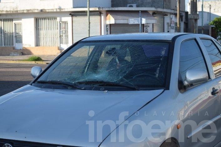 Una peaton impactó contra el parabrisas de un automóvil
