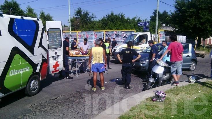 Motociclista herida en choque con auto en una rotonda