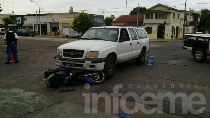 Chocaron una moto y una camioneta en Barrio Sarmiento