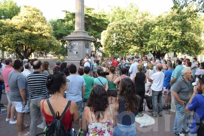 Un centenar de personas se convocaron contra el despido de Victor Hugo