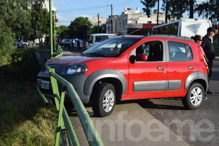 Un auto casi cae al arroyo luego de un fuerte choque en la entrada al puente