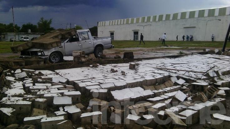 Tormenta en Olavarría: un paredón cayó sobre una camioneta