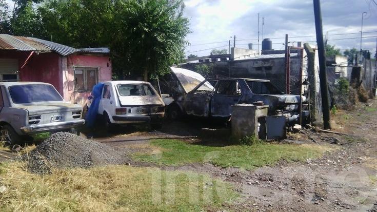 Dos autos incendidados en barrio Dorrego