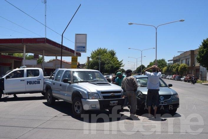 Camioneta y auto chocaron en avenida Pringles