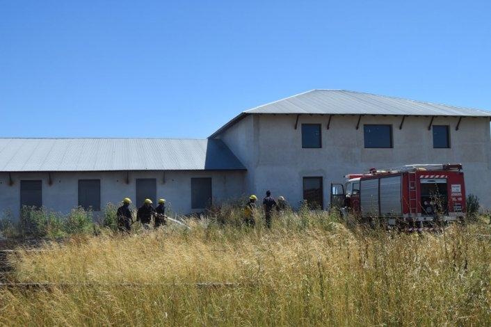 Incendio de pastizales en el predio de una vivienda