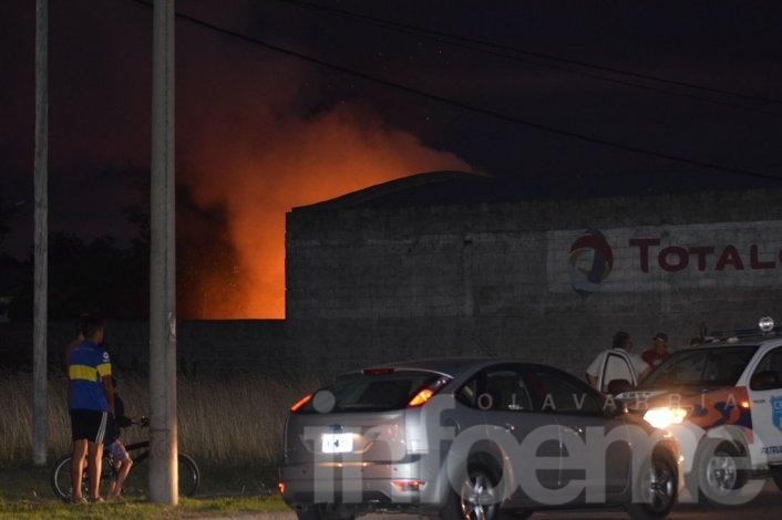 Importante incendio en el sector trasero de una forrajería