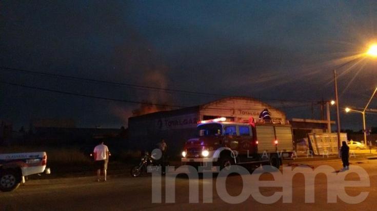 Arduo trabajo de Bomberos para sofocar el incendio en una forrajería