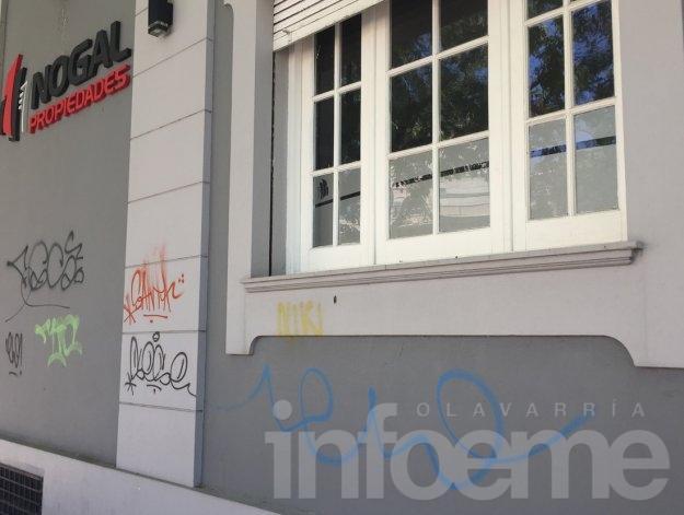 Volvieron los graffiteros con pintadas en una inmobiliaria