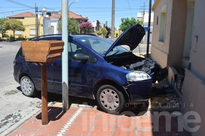 Violento choque: un auto impactó contra una casa, el otro escapó