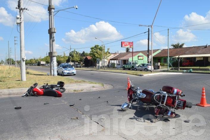 Fuerte choque entre dos motociclistas en una rotonda