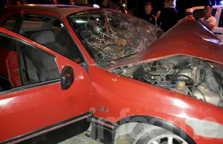 Un vehículo chocó brutalmente contra un poste