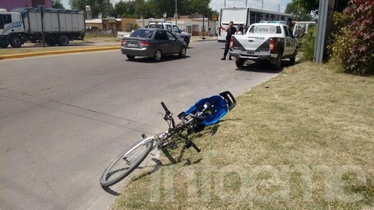 Accidente en rotonda: una mujer fue trasladada con heridas al Hospital