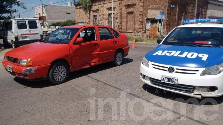 Violento choque entre dos autos deja un herido