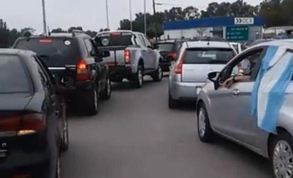 Azul: caravana de autos en apoyo a trabajadores de Fanazul