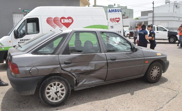 Un hombre resultó herido en un choque entre auto y camioneta