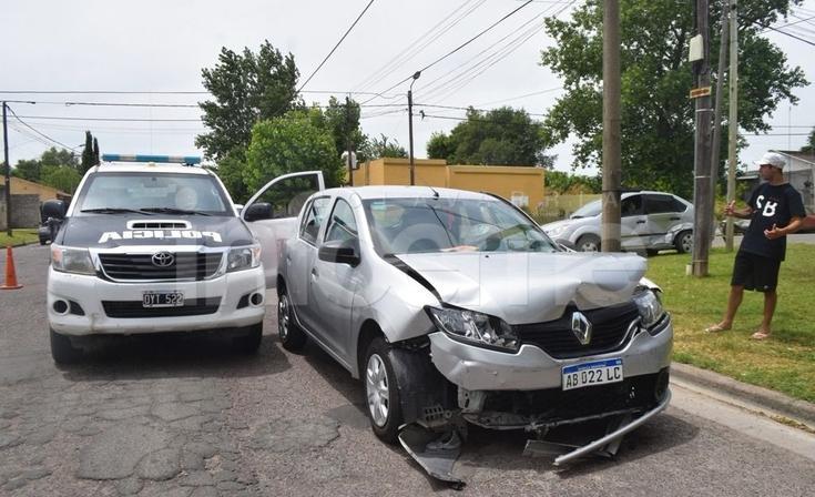 Domingo accidentado: chocaron dos autos y uno terminó sobre la vereda