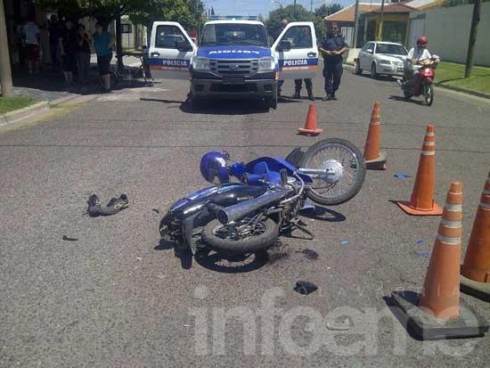Un menor en moto chocó con un automóvil