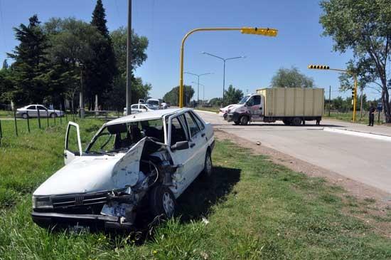Chocaron  con un camión y el auto terminó en la cuneta
