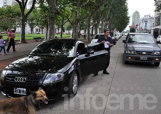 Abrió la puerta del auto y no vio a una ciclista