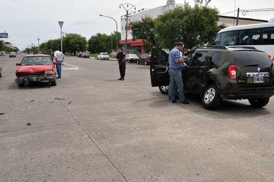 Camioneta y auto chocaron en avenida Del Valle