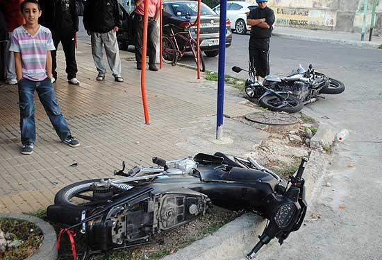 Fuerte choque entre dos motos: una joven resultó herida
