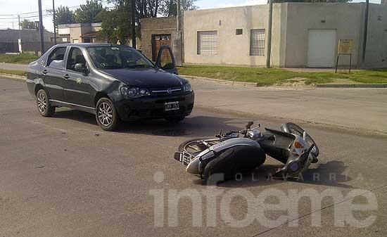 Dos personas heridas en choque entre moto y remis