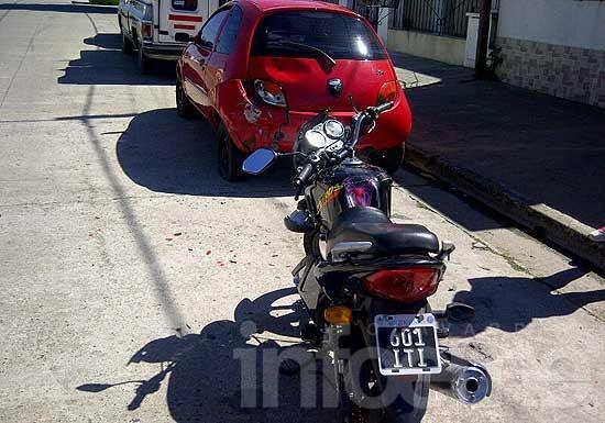 Joven motociclista herido al chocar con auto estacionado
