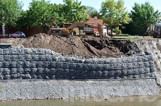 Se desmoronó parte de un talud en construcción en el arroyo