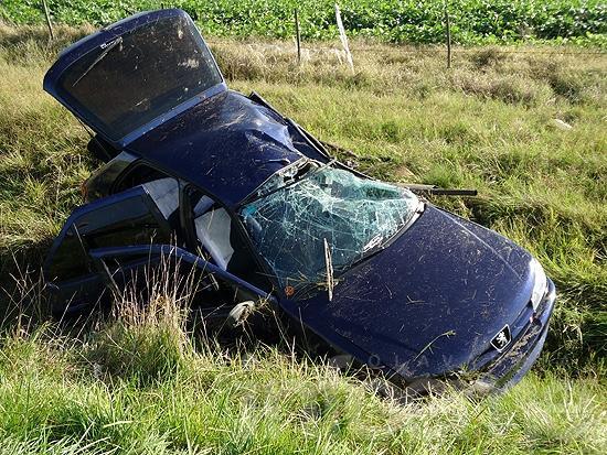 Dos jóvenes heridos al volcar en un auto