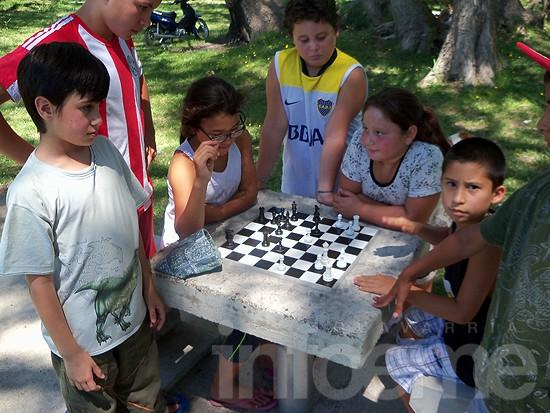 Actividades al aire libre en el cierre de la escuela de verano del barrio A.O.M.A