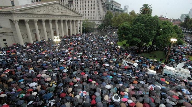 Bajo la lluvia, una multitud homenajeó al fiscal Nisman en la Plaza de Mayo
