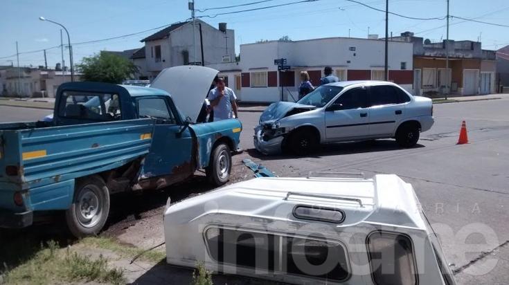 Fuerte impacto entre auto y camioneta