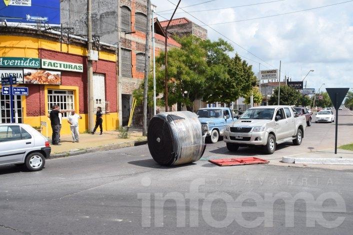 Perdió la carga, siguió su marcha y provocó caos vehicular