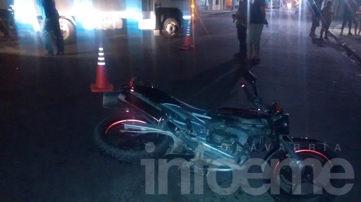 Automóvil chocó con una moto y terminó derribando un poste de luz
