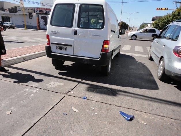 Moto chocó de atrás a una camioneta en un semáforo